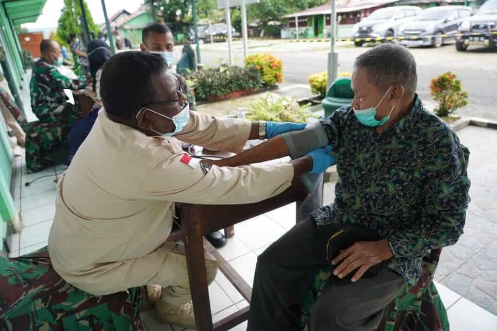 Para Purnawirawan TNI AD dan Warakawuri di Manokwari Terima Vaksin AstraZeneca Tahap – I