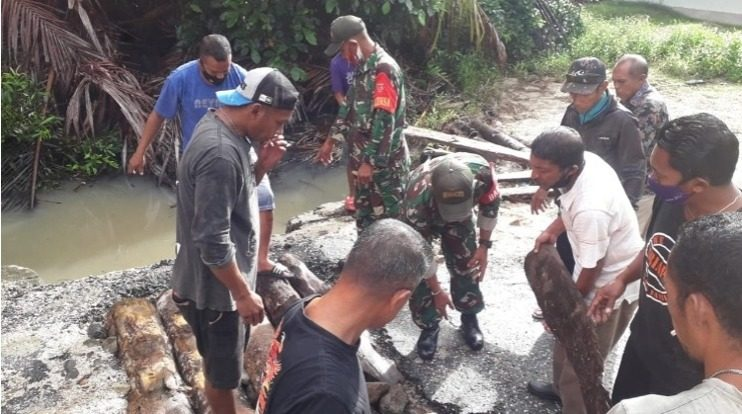 Babinsa Koramil 08 Nusalaut Bersama Warga Perbaiki Jembatan Desa Abubu
