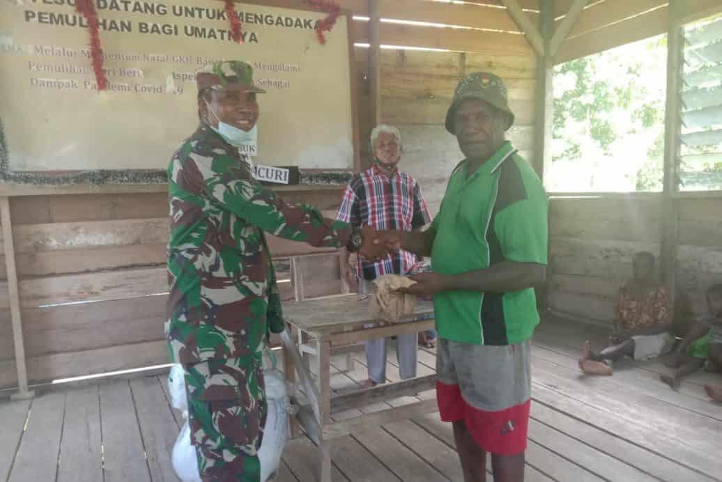 Wujud Kepedulian TNI, Babinsa Kodim 1705 Nabire Bagikan Pakaian Kepada Masyarakat