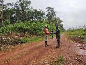 Satgas Yonif 611/Awang Long Salurkan Bantuan Bibit Sawi Unggulan Kepada Warga Papua