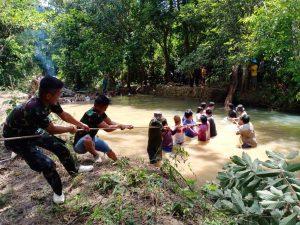 Satgas Yonif 614 Bersama Warga Perbaiki Bendungan Air Bersih Desa Long Pujungan