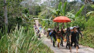 Satgas Pamtas Yonif Mekanis 643/Wns Bantu Evakuasi Warga Yang Sakit Tumor Mulut Menggunakan Tandu