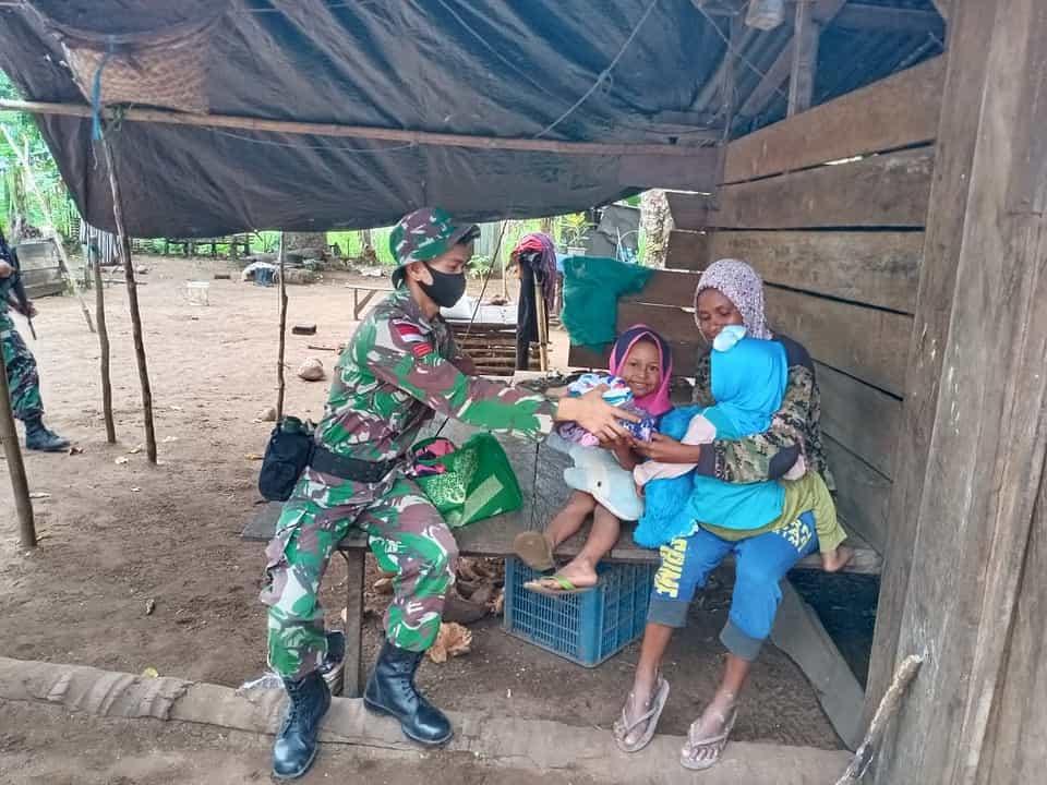 Silaturahmi Kepada Warga Papua, Satgas Yonif 611/Awang Long, Beri Bantuan Pakaian Layak Pakai
