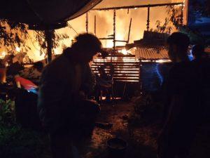 Satgas Yonif 614 Padamkan dan Bersihkan Puing Kebakaran Rumah di Desa Long Pujungan