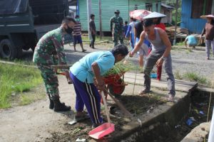 Wujudkan Kebersihan Lingkungan, Satgas Yonif 614 Gelar Karya Bakti di Desa Punan Bengalon