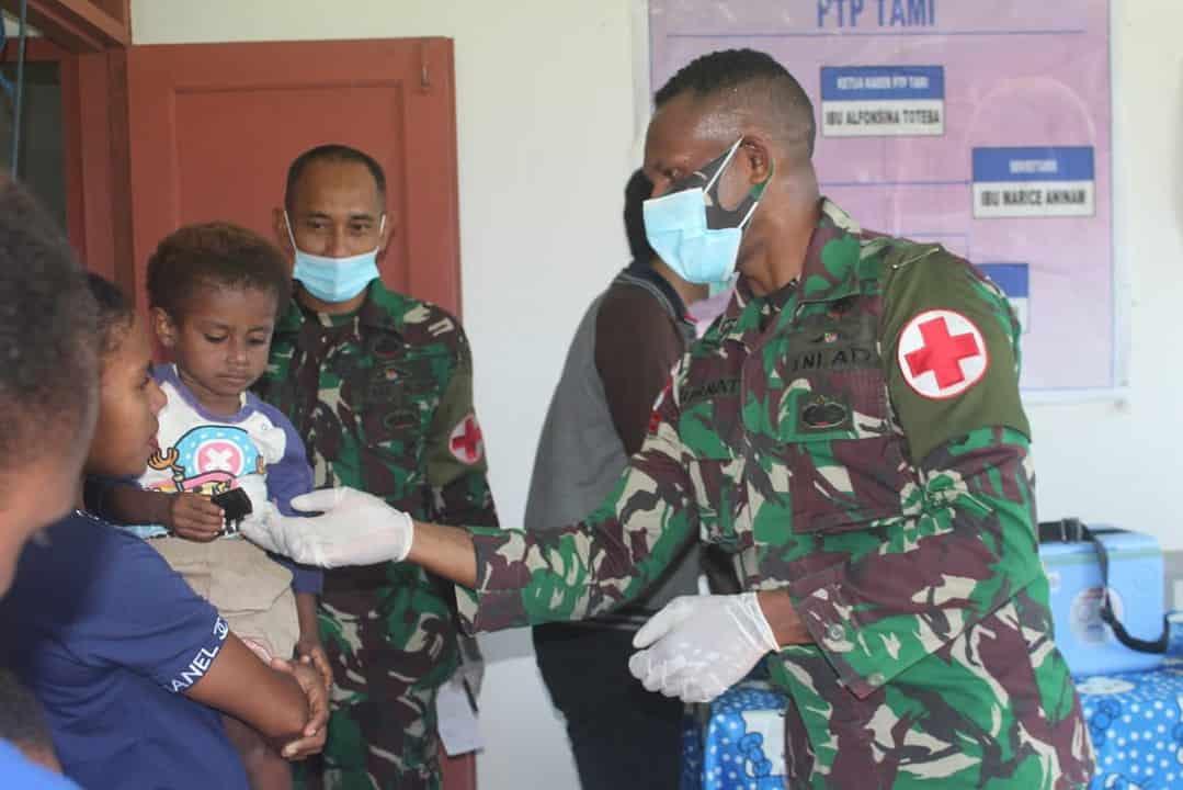 Sinergi Satgas Yonif 403 dan Puskesmas Arsotami Gelar Pelayanan Posyandu di Perbatasan RI-PNG