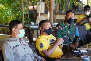 Korem 162/WB Dukung Kegiatan Baksos Yang Digelar Komunitas JK-One Bersama Dankodiklatad di Kecamatan Pujut Loteng