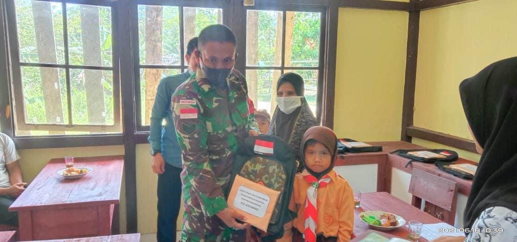 Tingkatkan Semangat Belajar, Satgas Yonif Mekanis 643/Wns Bagikan Tas dan Alat Tulis Kepada Anak-anak Perbatasan