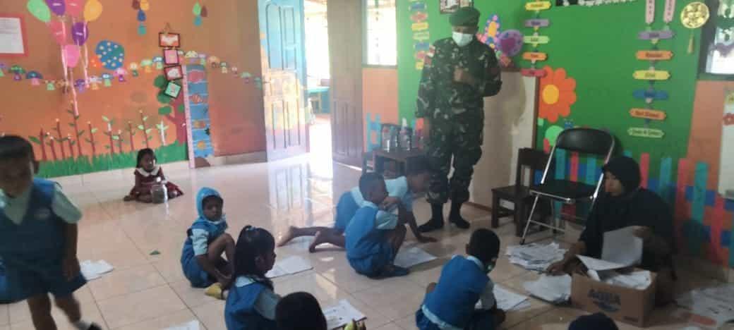 Tingkatkan Kreatifitas Anak Perbatasan Papua, Satgas Yonif 512 Ajarkan Cara Membuat Kerajinan Tangan