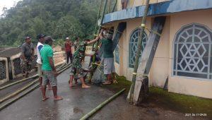 Satgas Yonif 734 Bersama Warga Gotong Royong Perbaiki Kubah Masjid