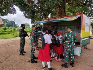 Gairahkan Minat Baca Anak Papua, Satgas Pamtas RI-PNG Yonif 611/Awang Long Operasikan Mobil Pintar