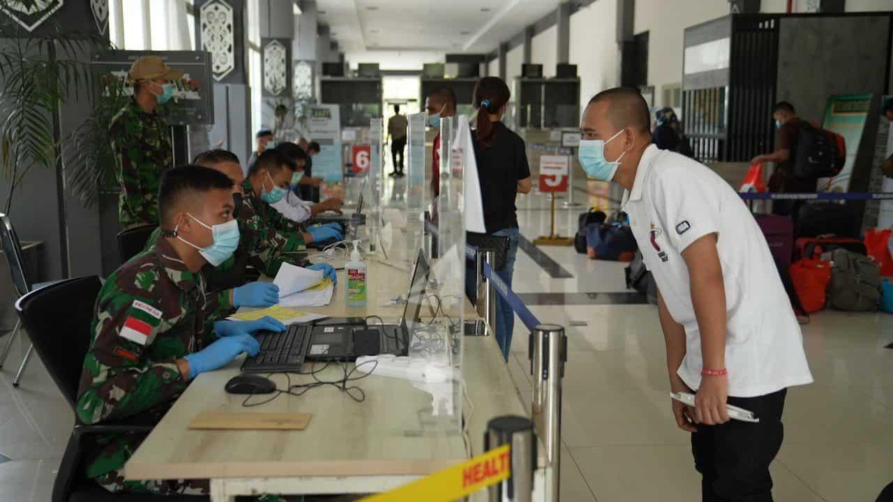 Satgas Pamtas Yonif Mekanis 643/Wns Bantu Proses Pemulangan PMI di PLBN Entikong