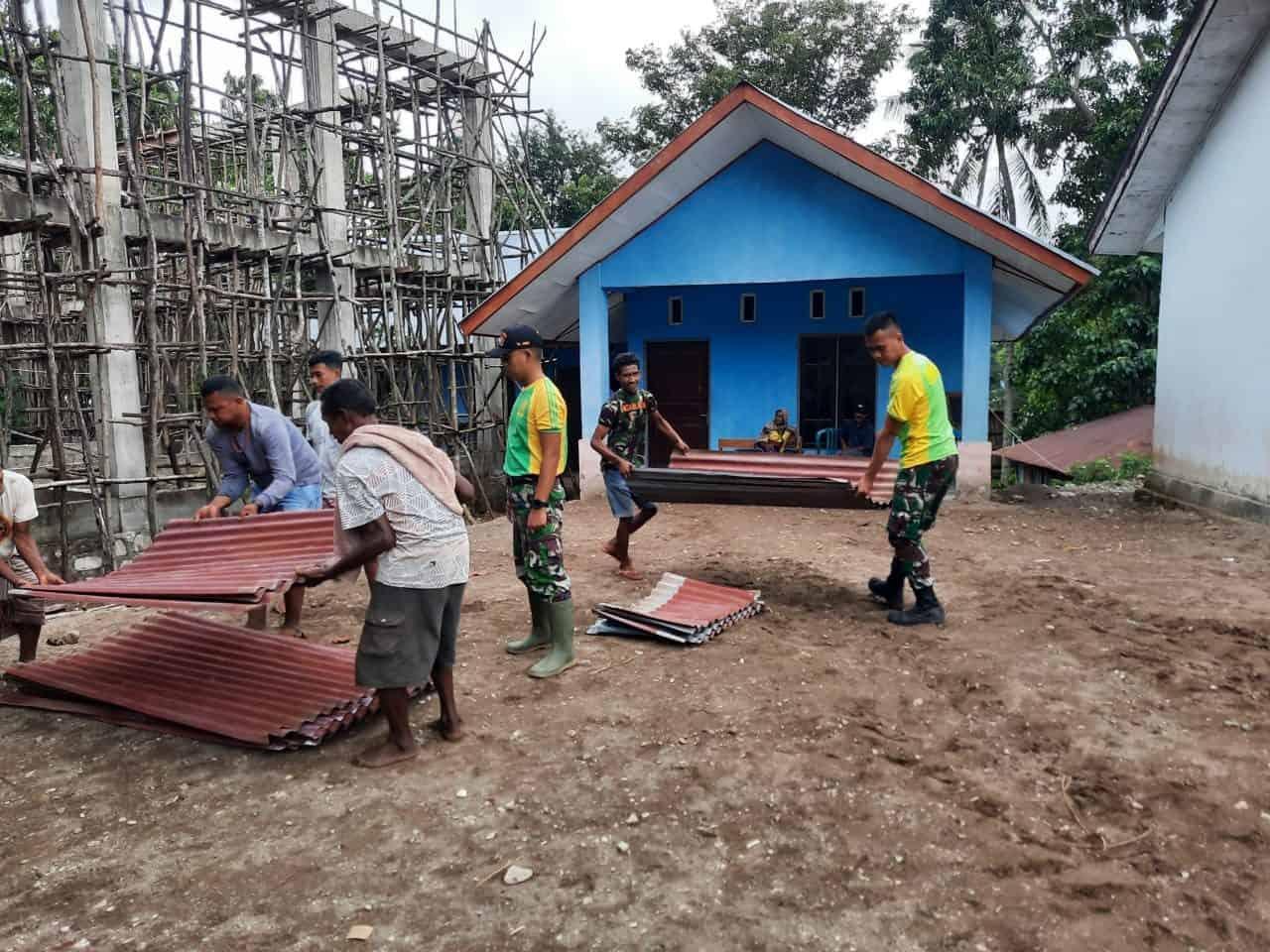 Satgas Yonarmed 6/3 Perbaiki Atap Gereja Desa Inbate