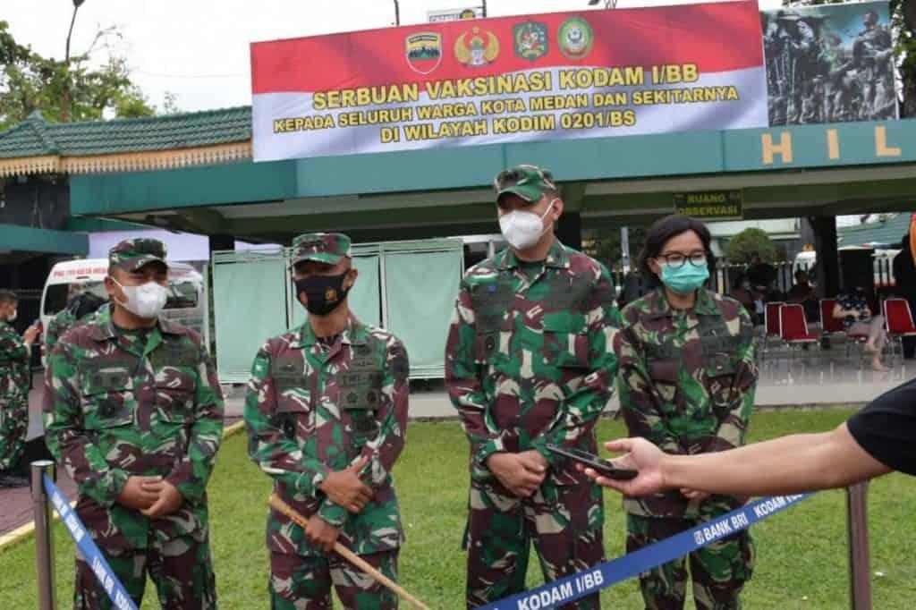 Warga Antusias Vaksinasi Massal Covid-19 di Medan