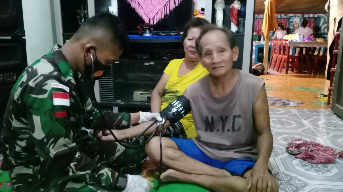 Peduli Kesehatan Warga Badau, Tim Kesehatan Satgas Yonif 144 Beri Bantuan Pengobatan