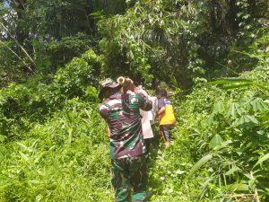 Susuri Sungai Sekayam, Satgas Pamtas Yonif Mekanis 643/Wns Bantu Evakuasi Jenazah