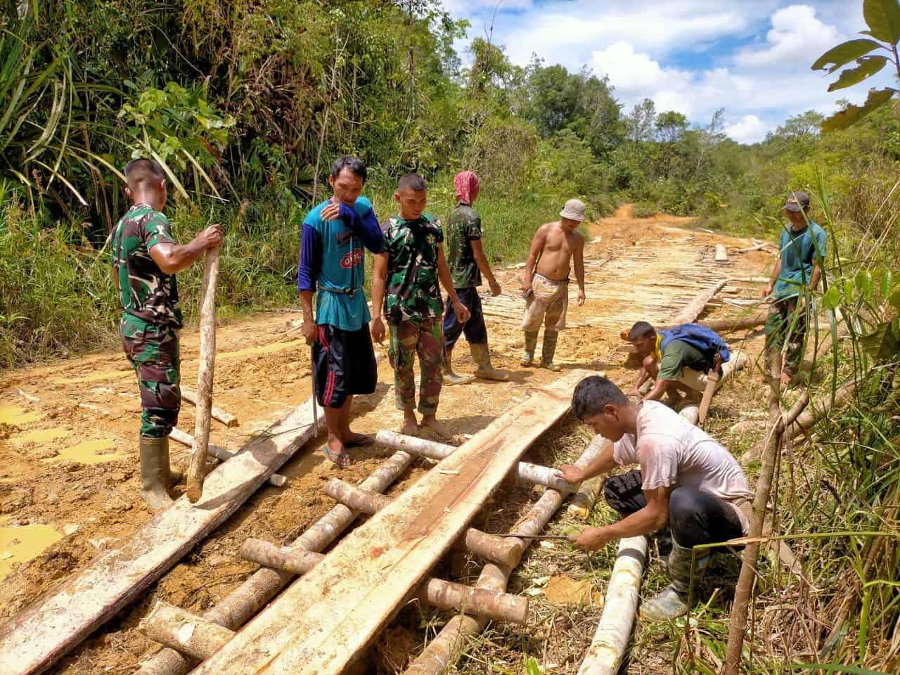 Gotong Royong, Satgas Yonif Mekanis 643/Wns Bersama Warga Perbaiki Jalan Desa
