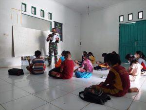 Satgas Pamtas Yonif Mekanis 643/Wns Diserbu Anak-Anak Perbatasan