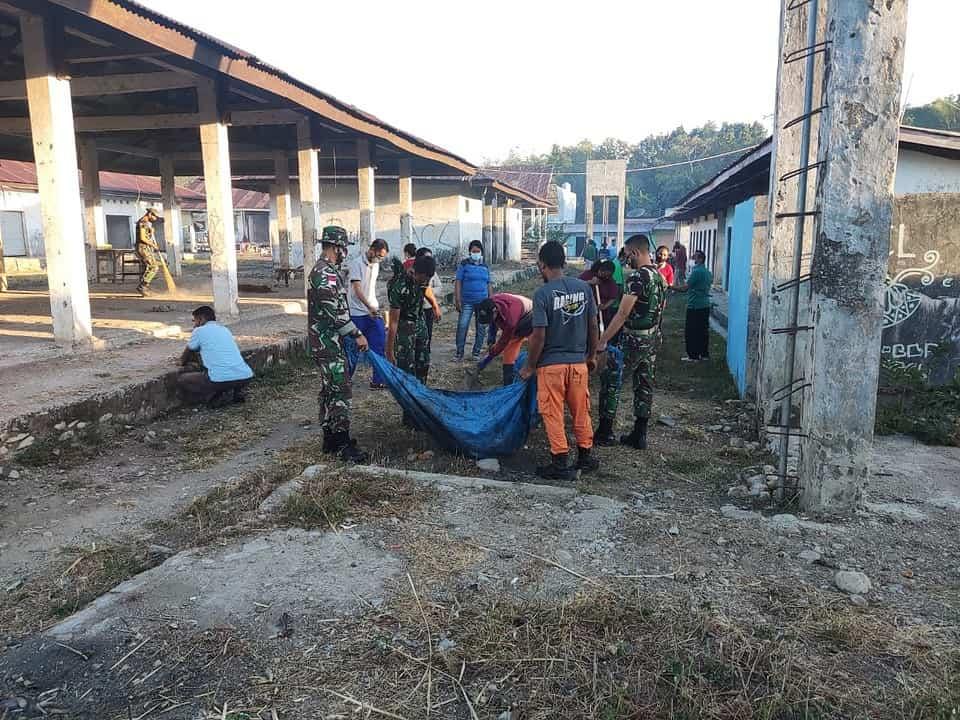 Satgas Yonif 742 Bersama Pemda Belu Gelar Karya Bakti Bersihkan Pasar Lolowa