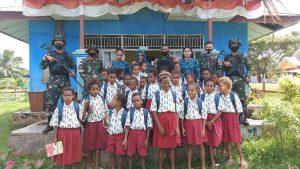 Satgas Yonif 611/Awang Long Bagikan Alat Tulis dan Tas Sekolah di Perbatasan Papua