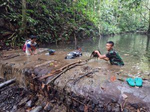 Sumber Air Tersumbat, Satgas Pamtas Yonif Mekanis 643/Wns Bersama Warga Bersihkan Bendungan