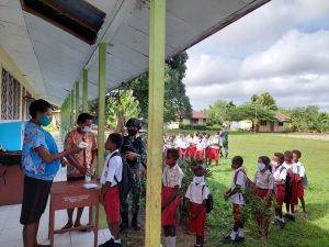 Tingkatkan Semangat Belajar Siswa di Papua, Satgas Yonif 611/Awang Long Salurkan Bantuan Peralatan Sekolah