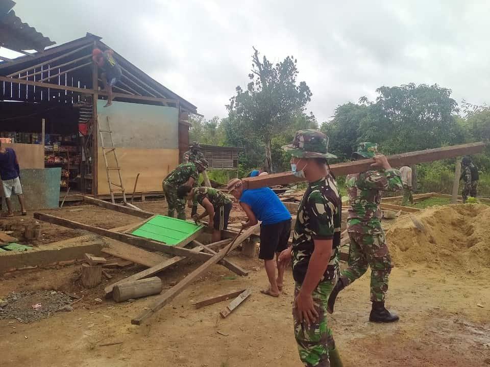 Satgas Yonif 611/Awang Long Bantu Merenovasi Rumah Warga di Papua