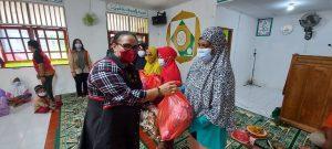 Bersama Ibu Kristin L Mano, Satgas Yonif 131 Bagikan Sembako di Skouw