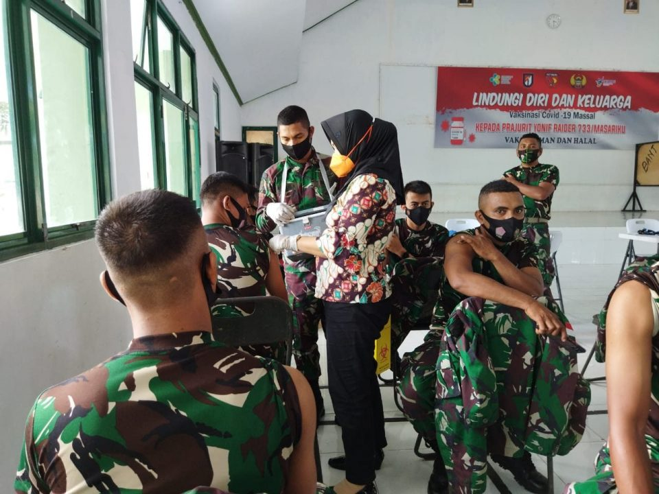 Personel Pos Kotis dan Pos SSK I Satgas Yonif 734 Terima Vaksinasi Tahap Dua
