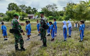 Kunjungi Sekolah di Ujung Timur Indonesia, Satgas Yonif 512 Terima Apresiasi Kepala Sekolah