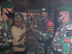 Warga Desa Nananoe Serahkan 2 Pucuk Senpi Kepada Satgas Yonif 742