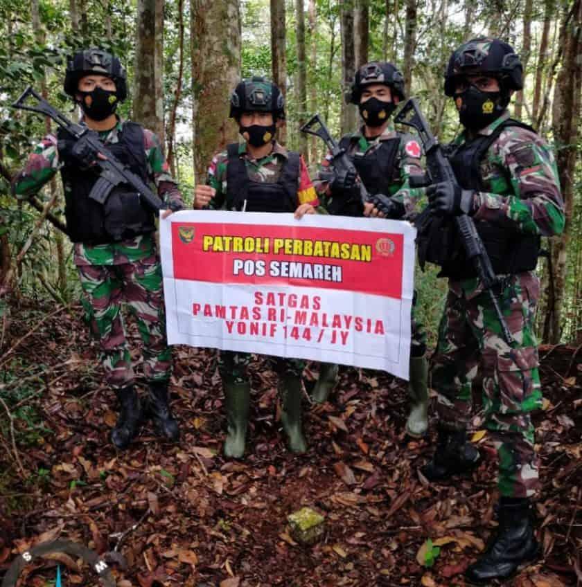 ANGGOTA SATGAS YONIF 144/JY MELAKSANAKAN PATROLI PATOK DI PERBATASAN RI-MALAYSIA