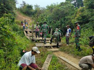 Satgas Pamtas Yonif Mekanis 643/Wns Bersama Warga Perbaiki Jembatan Rusak di Perbatasan RI-Malaysia