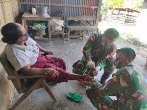 Kaki Bengkak dan Infeksi, Maria Diobati Satgas Yonif 742