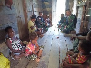 Yankes Keliling Kampung, Satgas Yonif 403 Jaga Kesehatan Warga Saat Musim Hujan Tiba