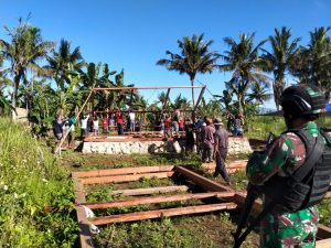 Satgas Yonif 131 Bersama Warga Gotong Royong Bangun Rumah Tomas Kampung Selayar