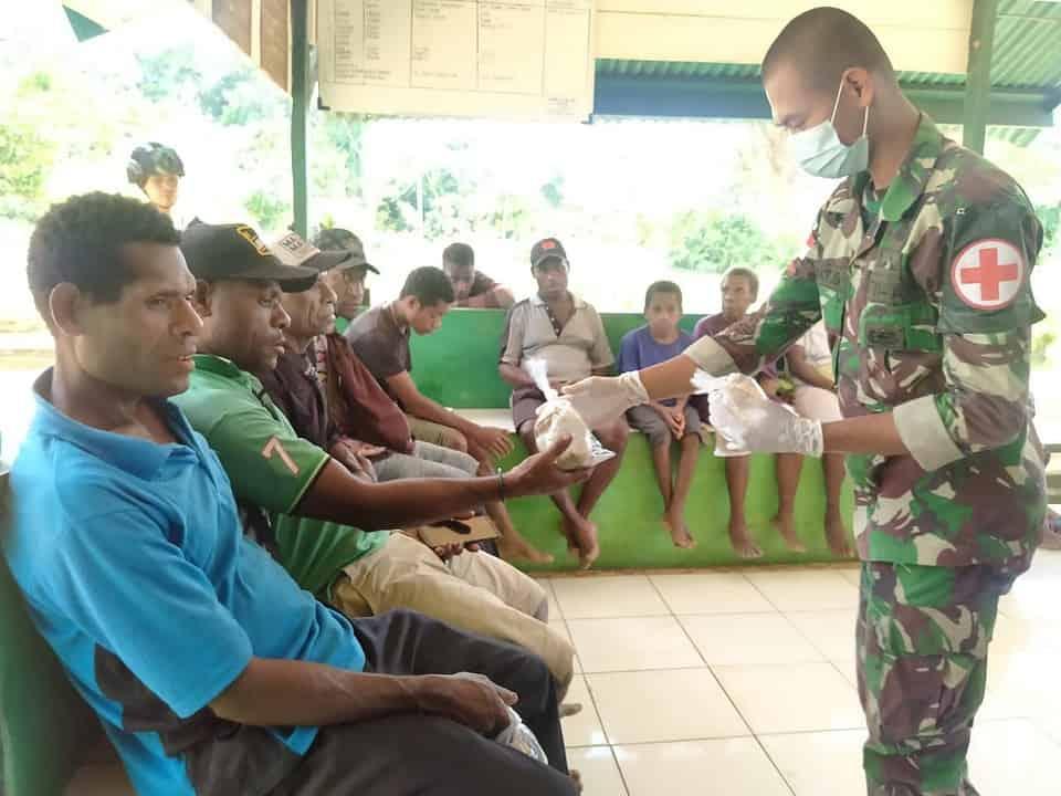 Peduli Sesama, Satgas Yonif 403 Gelar Bakti Kesehatan di Kampung Bompay