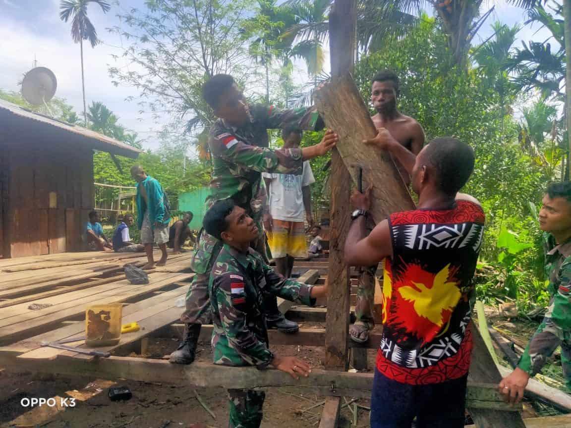 Satgas Yonif 131 Perbaiki Rumah Ketua Pemuda Kampung Kibay Kaliasin
