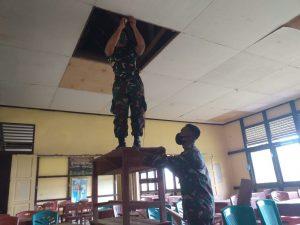 Tingkatkan Mutu Pendidikan, Satgas Pamtas Yonif Mekanis 643/Wns Bantu Renovasi Gedung Sekolah