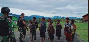 Anak Perbatasan Latihan Baris Berbaris di Pos Oksibil Satgas Yonif 403