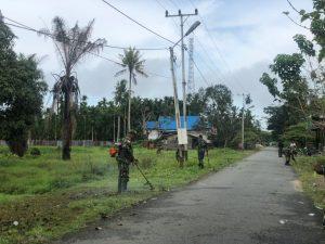 Wujudkan Kampung Sehat, Satgas Yonif 512/QY Bersama Warga Bersihkan Kampung Wonorejo, Keerom