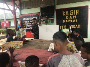 Peduli Pendidikan, Satgas Yonif 512/QY Berikan Bimbel Kepada Anak-Anak di Papua