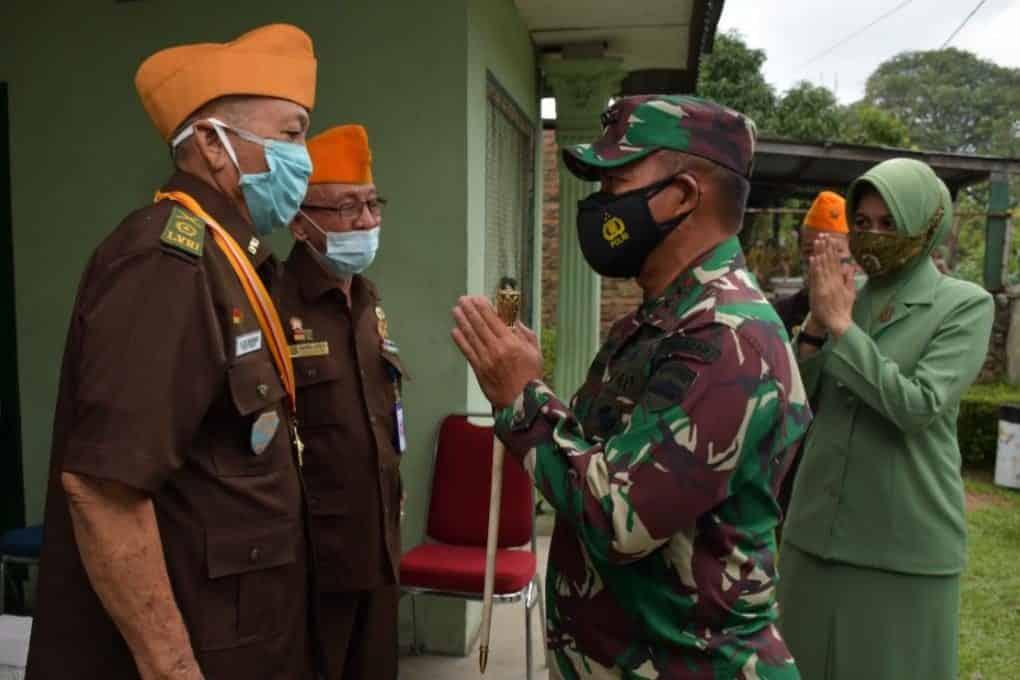 Sambut HUT Pangdam I/BB Bersama Ketua Persit KCK Daerah I/BB Serahkan Tali Asih Bagi Veteran RI