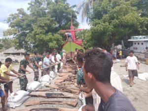 Gotong Royong, Satgas Yonarmed 6/3 Bersama Warga Turunkan Kapal Ke Pantai