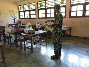 Inginkan Generasi Penerus Yang Berkualitas, Satgas Yonif 512/QY Bantu Tenaga Pengajar di Papua