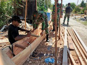 Satgas Yonif 131 Bantu Pembuatan Kole-Kole Warga Perbatasan