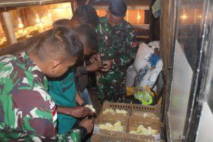 Satgas Yonarmed 6/3 Ajarkan Masyarakat Perbatasan Berternak Ayam