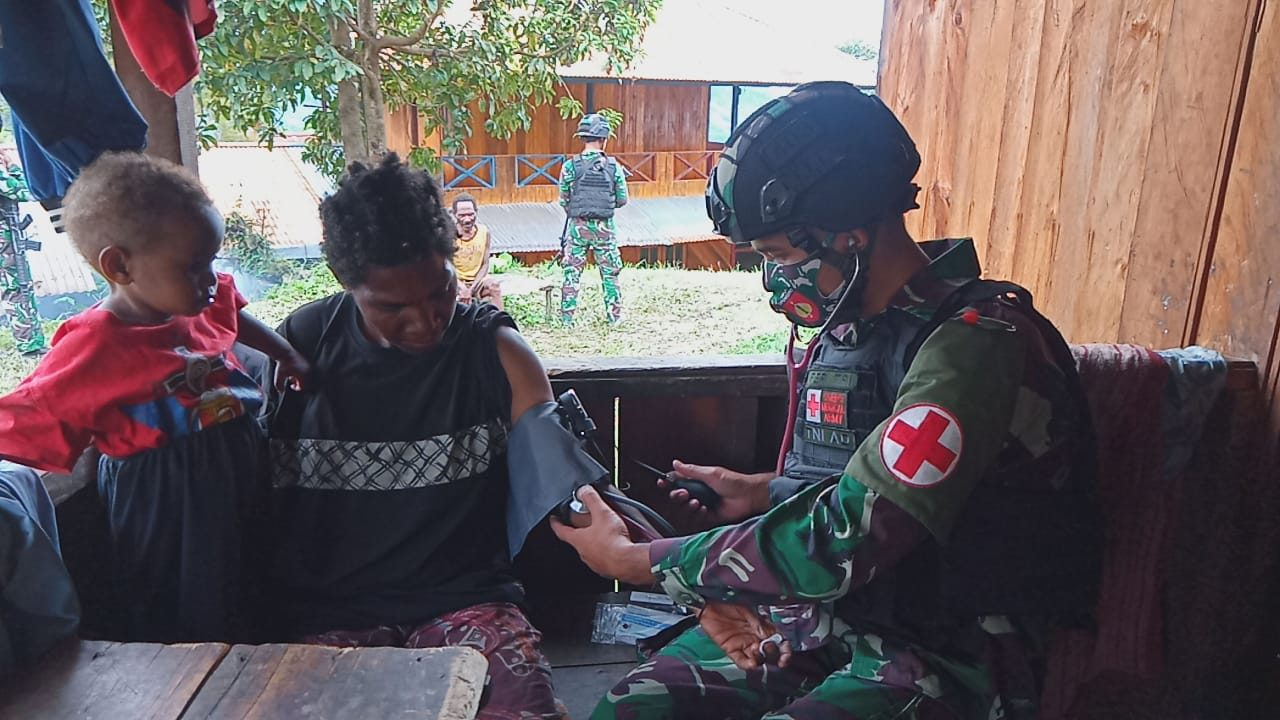 Peduli Kesehatan Masyarakat, Satgas Yonif 403 Gelar Yankesling di Kampung Kiwirok