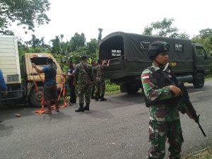 Satgas Yonif 403 Bantu Evakuasi Truk di Kampung Workwana