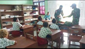 Satgas Yonif 611/Awang Long Ajarkan Materi Kesehatan Kepada Anak di Papua